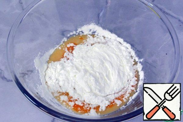 In another bowl, pour the egg (melange), yolk. Add 20 grams of sugar and starch.