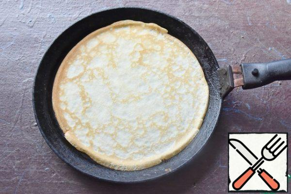 Bake crepes in a dry frying pan. Fold the pancakes in a pile and cover with a clean napkin.