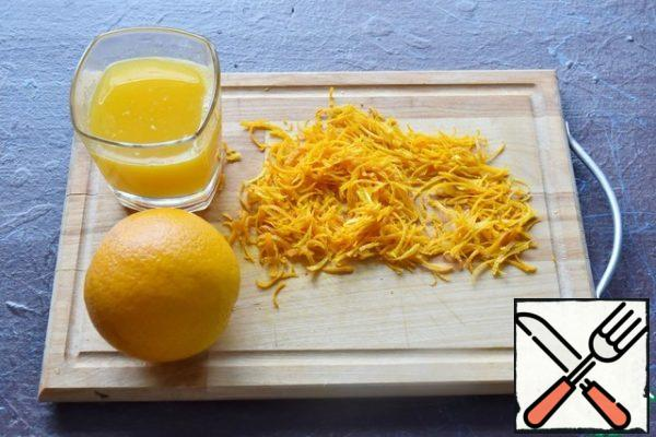 For the sauce, remove the zest from the oranges and cut it into strips. Squeeze the juice from the pulp.