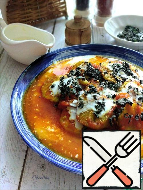 We spread the eggplant together with tomato sauce on top of the yogurt-garlic sauce. Pour the yogurt-garlic sauce on top again and sprinkle with dry mint.