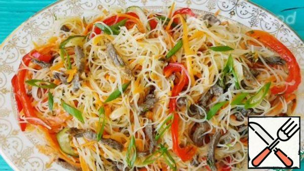 The salad turns out juicy and very tasty and it still turns out a lot)