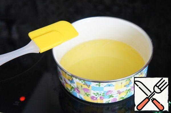 Heat the syrup with gelatin on the stove, pour in the liquor and warm it up well. Do not bring to a boil.