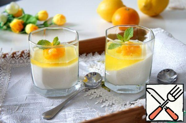 Allow the lemon mixture to cool and pour the second layer over the panna cotta.Important: limoncello jelly is obtained with a bright taste, so it is better to make a thin layer of it, no more than 5-10 mm. So it will shade and complement the creamy vanilla layer.