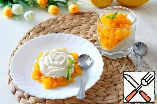If you are preparing a dessert for children, exclude the liquor layer or replace it with jelly from the juice.In order for the panna cotta to be really bombic , it must be cooled. At least a couple of hours in the refrigerator.Before serving, garnish with peach slices and mint.