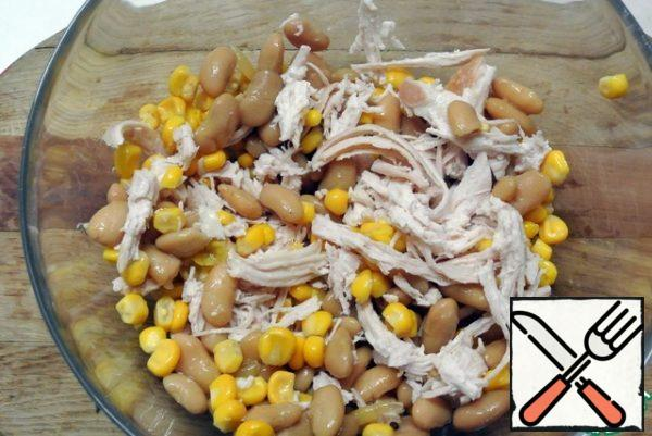 Drain the beans from the marinade, rinse. Add to the salad bowl.