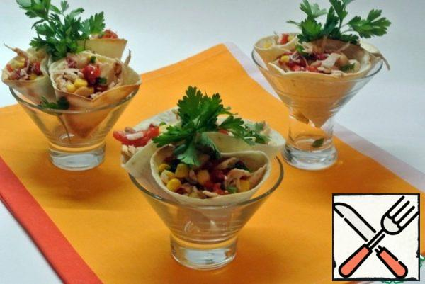 Put the prepared filling in each cone. Put it in a salad bowl or in cremans.