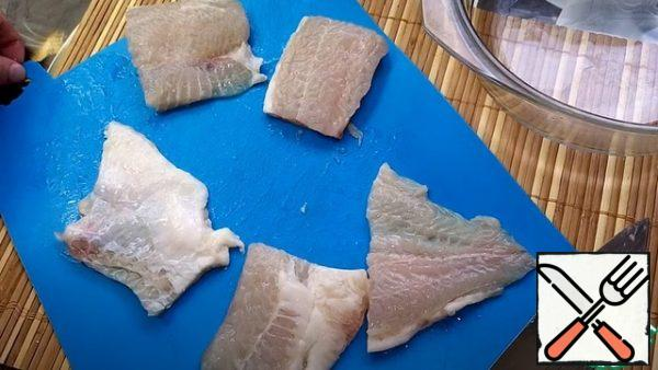 Pangasius should be prepared, washed very well, then cut into portions.