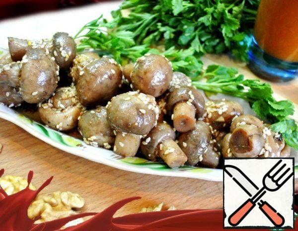 1. Wash the mushrooms and boil them in boiling water for 15 minutes. 2. Prepare the marinade: mix the ingredients for the marinade with finely chopped garlic. 3. Put the mushrooms in a colander and cool to room temperature.