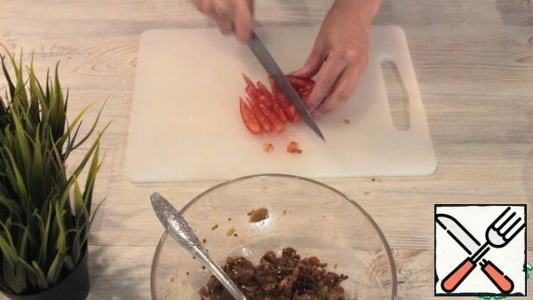 Next, add salt, paprika, garlic, sesame and oil. Mix it up. You can add lemon juice. We take a tomato, remove the part where there is a lot of liquid. Cut into cubes.