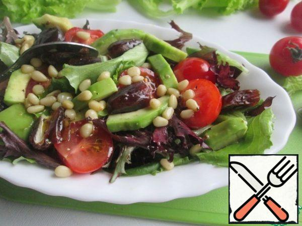 In a salad bowl, combine lettuce leaves, avocado, tomatoes, dates and pine nuts. Pour the dressing over the top. Stir just before serving.