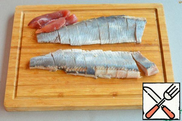 Defrost the freshly frozen herring, gut it and cut it into clean fillets without skin and bones, cut into pieces