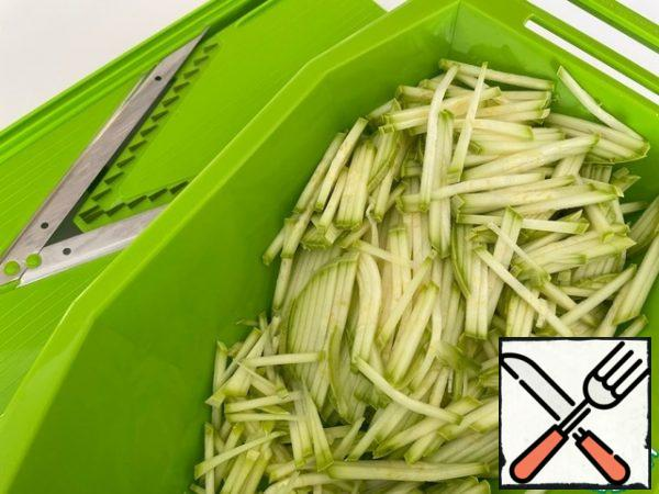 For the salad, we use a medium-sized zucchini with a thin skin and without seeds. Zucchini is washed and rubbed or cut into strips (the thickness of the pasta).