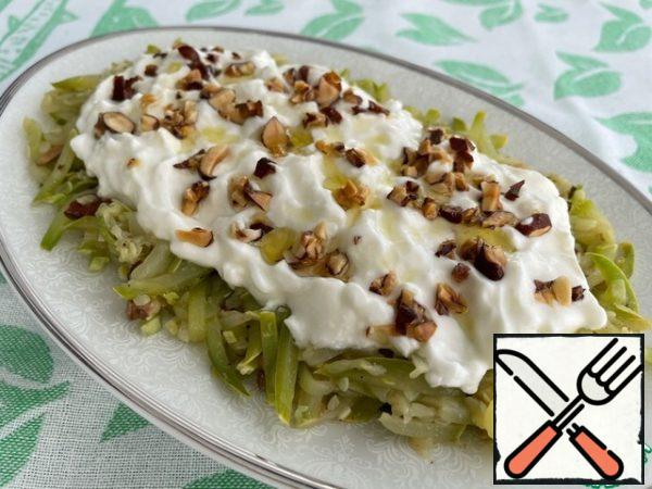 We collect our salad just before serving, because yogurt releases whey and can spoil the aesthetic appearance. Put the zucchini on a plate, top with yogurt and sprinkle with previously postponed almonds. Bon Appetit!
