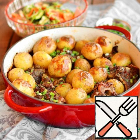 Remove the lid from the saucepan, put the potatoes on top of the ribs and cook with the lid open for about 30-40 minutes, until the potatoes are soft and browned