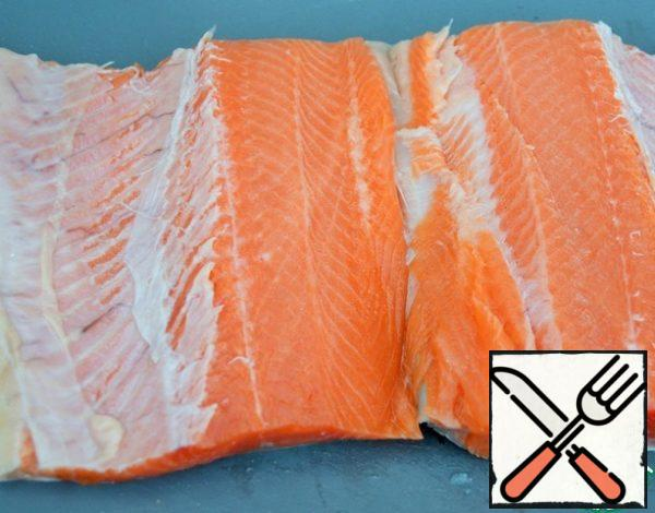 Clean the fish from the scales, cut out the ridge.