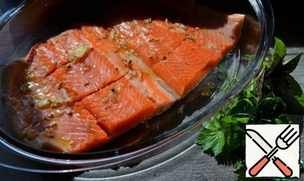 Put the fish skin down, cut into portions to the skin, lubricate with a garlic-oil mixture.