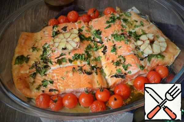 Bake for 10-15 minutes, 200 degrees. Grease with the resulting juice and bake for another 10 minutes, 220-230 degrees. Serve the fish hot.