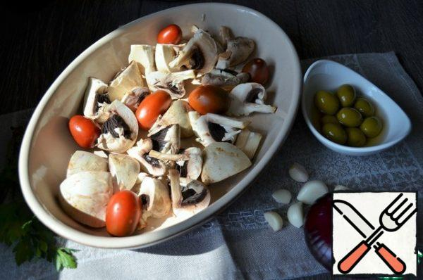 Grease the refractory mold with olive oil, cut the mushrooms into it, spread out the cherries.