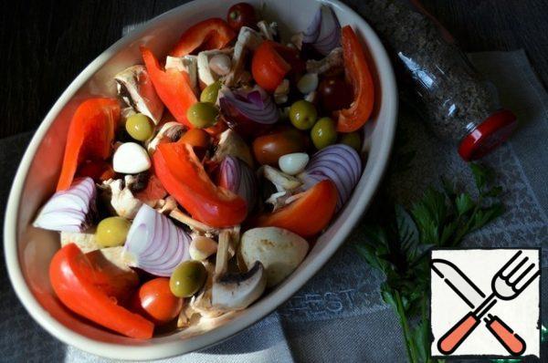 Add pieces of pepper, garlic cloves.