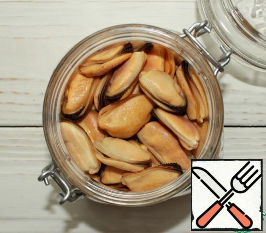 Defrost the cooked-frozen mussels (without shells), rinse with running water, pour boiling water for 5 minutes (DO NOT cook), transfer to a colander and let the water drain. Put the cooled mussels in a jar or plastic container.