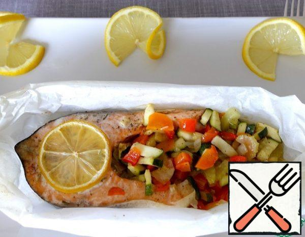 1. Cut the vegetables, add spices and olive oil. 2. Mix everything well. 3.Put the salmon steak on a piece of parchment paper and form a boat. 4. Sprinkle the fish with spices.