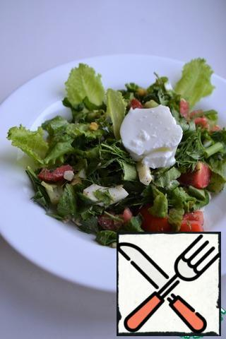 Put the salad on a plate. Season with natural yogurt.