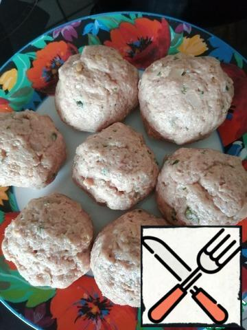 Squeeze the bun and add it to the minced meat. We also add mustard, fried onion, parsley, egg, capers. Salt to taste. Mix everything well and make meatballs. Round and quite large. From a kilogram of minced meat, 14 pieces are obtained.