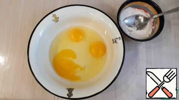 In a separate bowl, beat the eggs with a whisk (3 pcs)