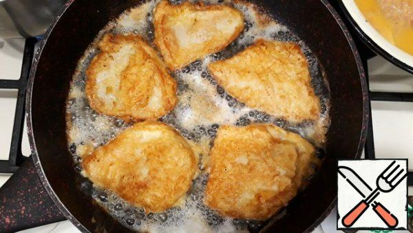 Add 1 tablespoon of melted butter to the pan, add vegetable oil so that the schnitzel is half hidden when frying. Heat the frying pan over medium heat. Fry the schnitzels on both sides for 5-7 minutes. before the formation of the desired color.