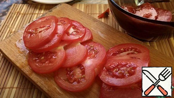 Cut the tomato into slices.