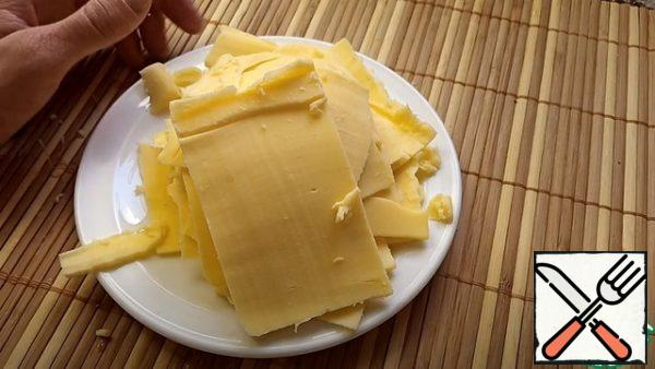 Cut the cheese into slices.