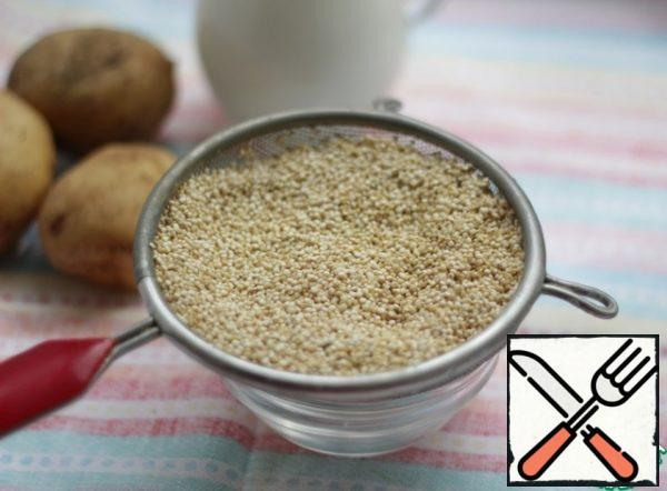 Rinse the quinoa. Pour 4 cups of hot water into a saucepan with fried onions and pour out the washed cereals, bring to a boil, reduce the heat and cook for 10 minutes.