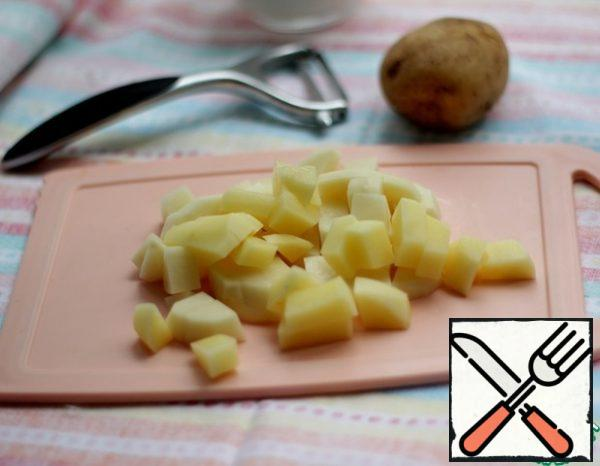 Peel the potatoes, cut them, add them to the pan, cook for 10 minutes.