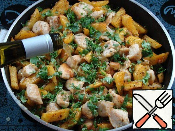 In a frying pan, mix the chicken fillet, fried potatoes with garlic and onion. Add chopped coriander and basil, pour in dry white wine and simmer under the lid for 5-10 minutes. Ready-made ojakhuri is traditionally served in ketsi, in a combination of homemade red Georgian wine.