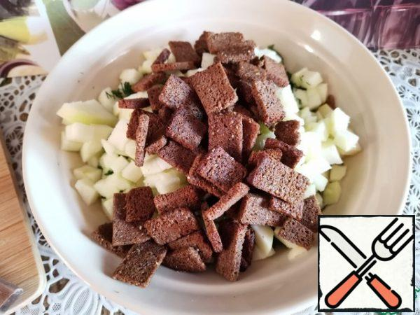 Pour the crackers into the salad bowl, add salt (I did not salt it), add mayonnaise, mix and serve immediately.