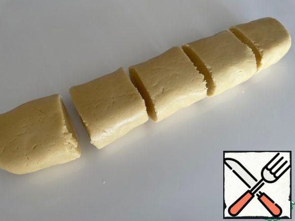 From the products for the dough, we knead an elastic shortbread dough (we use oil at room temperature). We divide it into five equal parts.