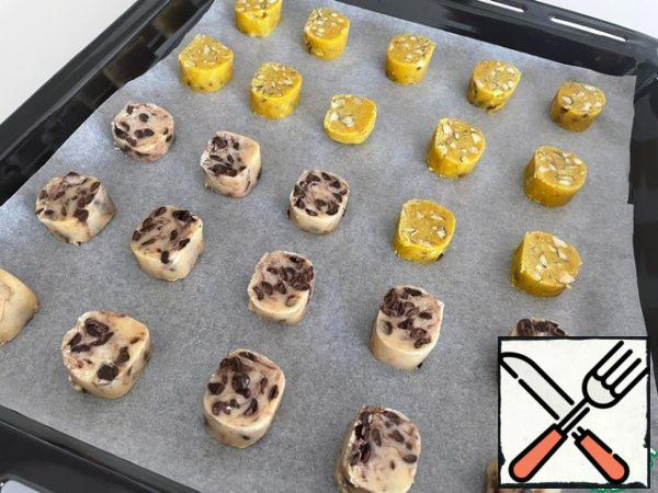 During baking, the shape does not lose and does not spread. You can spread it often with a distance between the products of 2-3 cm. Bake at a temperature of 180 degrees for 14 minutes.