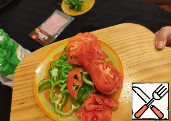 Cut the tomato and pepper into slices