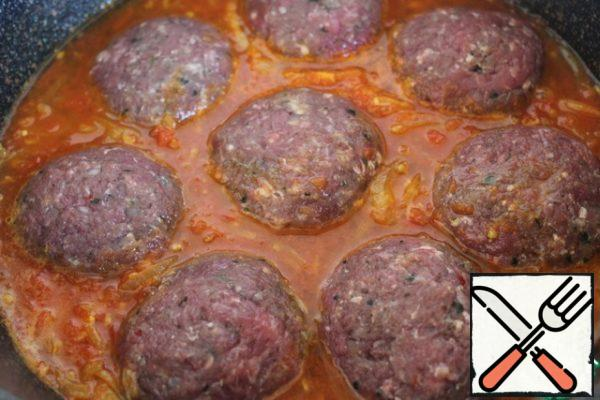 Put the cutlets in the boiling sauce, cover with a lid and simmer for 10 minutes. Turn them over carefully once.