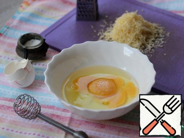 Beat the eggs lightly, add your favorite spices and grated cheese to taste, stir everything.