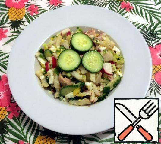 We crumble the prepared ingredients. Season with cold-pressed oil and apple cider vinegar to taste. Salt and pepper to taste. Mix it up. If necessary, decorate with cucumber slices. The salad is ready.