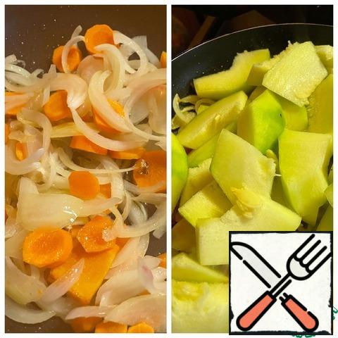 Cut the onion into half rings, chop the carrots into rings. Fry the vegetables in vegetable oil until al dente. Peel the zucchini and cut it into small slices and add it to the vegetables. Fry for another 5 minutes, add salt to the vegetables. In another frying pan, fry the fish fillet, cut into small pieces.