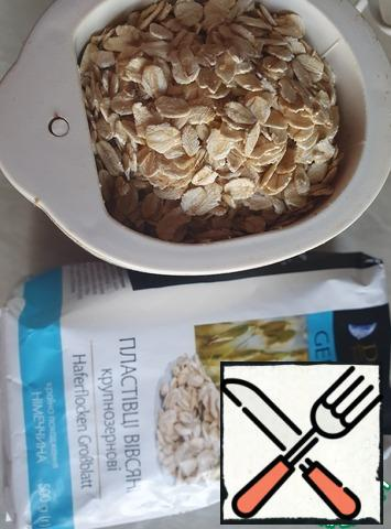 In a coffee grinder, grind the oat flakes. Transfer to a plate.