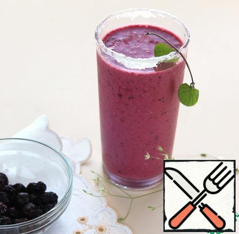 A delicious healthy drink with a newfangled name smoothie is ready! On a hot summer day, cool the glass in the freezer, moisten the edges of the glass with water, dip in sugar and pour a smoothie. Add mint.