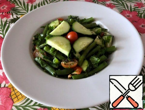 The finished salad can be decorated with cucumber and tomato.