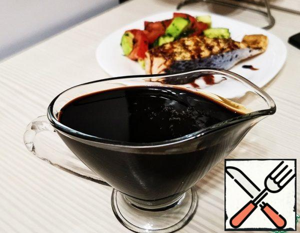 Pour balsamic vinegar into a saucepan. Add sugar, cloves, star anise, allspice. Bring the mixture to a boil, stirring occasionally, until all the sugar has dissolved. Be sure to open the window or turn on the hood, because when heated, there will be a strong smell of vinegar in the kitchen. The mixture has boiled, turn down the heat and cook for about 40 minutes. The sauce should be boiled 2-2. 5 times. The sauce will cover the spoon with a thin film.