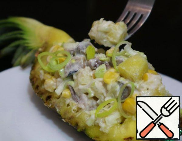 Peel the herring and cut into cubes. Put it in a container. Add chopped leeks, canned pineapples and corn.