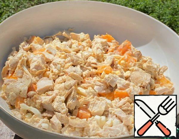 Boil the chicken breast and let it cool completely. In vegetable oil, we pass the onion. We strain the mushrooms and squeeze them out of excess liquid, fry them with onions for ten minutes until they start to turn golden. Let it cool completely.