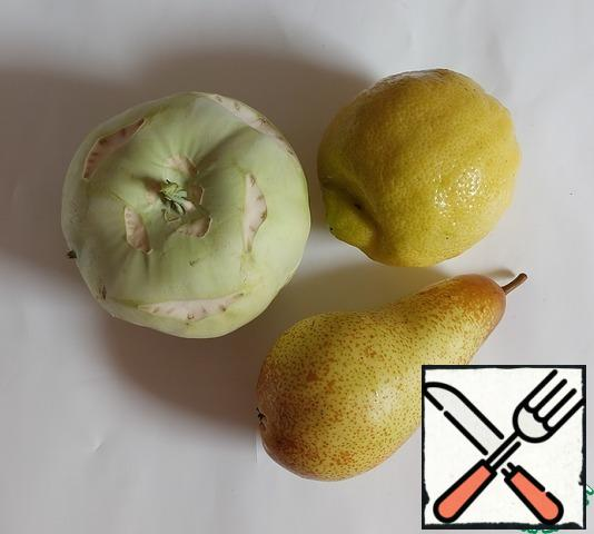 Wash the kohlrabi and pear. Peel the Kohlrabi, remove the core from the pear.