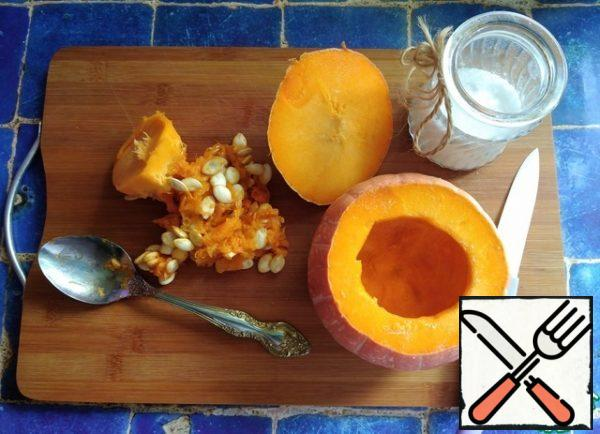 """Since I have a small pumpkin, I weighed all the products for the recipe. I have a pumpkin in its unprocessed form of 600 g. We cut off the """"lid"""" of the pumpkin and scoop out the seeds and membranes inside with a spoon, leaving the pulp on the walls. Inside the wall, add a little salt, rubbing salt with your fingers."""